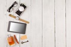 concepto del viaje - sistema de materia fresca con la cámara y de otras cosas en la tabla de madera Fotos de archivo libres de regalías