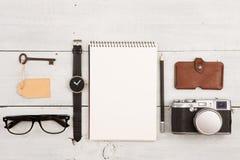 concepto del viaje - sistema de materia fresca con la cámara y de otras cosas en la tabla de madera Fotografía de archivo