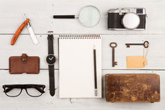 concepto del viaje - sistema de materia fresca con la cámara y de otras cosas en la tabla de madera Foto de archivo libre de regalías