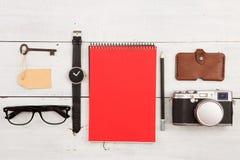 concepto del viaje - sistema de materia fresca con la cámara y de otras cosas en la tabla de madera Fotografía de archivo libre de regalías