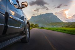 Concepto del viaje del transporte y del coche con el coche de SUV en el camino y foto de archivo