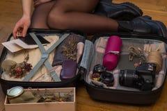 Concepto del viaje, del turismo y de los objetos - ciérrese para arriba del bolso del viaje de la mujer que embala para las vacac fotos de archivo