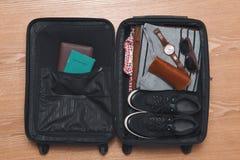 Concepto del viaje y de las vacaciones Abra el bolso del ` s del viajero con ropa Fotografía de archivo libre de regalías