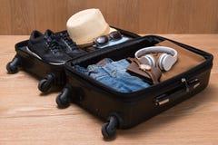 Concepto del viaje y de las vacaciones Abra el bolso del ` s del viajero con ropa Foto de archivo