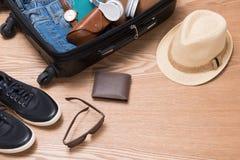 Concepto del viaje y de las vacaciones Abra el bolso del ` s del viajero con ropa, Imágenes de archivo libres de regalías