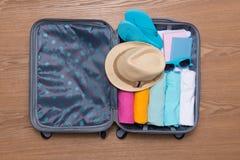Concepto del viaje y de las vacaciones Abra el bolso del ` s del viajero con ropa, Fotografía de archivo libre de regalías
