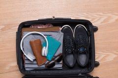 Concepto del viaje y de las vacaciones Abra el bolso del ` s del viajero con ropa, Fotos de archivo libres de regalías