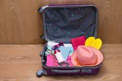 Concepto del viaje y de las vacaciones Abra el bolso del ` s del viajero con ropa, Foto de archivo
