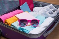 Concepto del viaje y de las vacaciones Abra el bolso del ` s del viajero con ropa, Fotografía de archivo