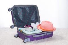 Concepto del viaje y de las vacaciones Abra el bolso del ` s del viajero con ropa, Imagen de archivo