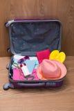 Concepto del viaje y de las vacaciones Abra el bolso del ` s del viajero con ropa, Imagen de archivo libre de regalías
