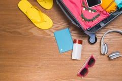 Concepto del viaje y de las vacaciones Abra el bolso del ` s del viajero con ropa, Imagenes de archivo