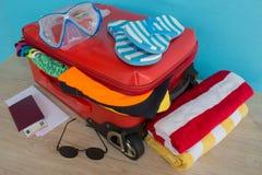 Concepto del viaje y de las vacaciones Abra el bolso del ` s del viajero con ropa, accesorios, los boletos y el pasaporte Imágenes de archivo libres de regalías