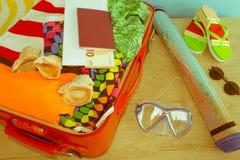 Concepto del viaje y de las vacaciones Abra el bolso del ` s del viajero con ropa, accesorios, los boletos y el pasaporte Foto de archivo