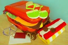 Concepto del viaje y de las vacaciones Abra el bolso del ` s del viajero con ropa, accesorios, los boletos y el pasaporte Fotografía de archivo libre de regalías