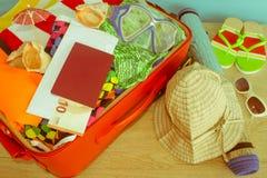Concepto del viaje y de las vacaciones Abra el bolso del ` s del viajero con ropa, accesorios, los boletos y el pasaporte Imagenes de archivo