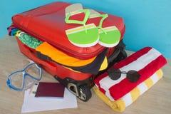 Concepto del viaje y de las vacaciones Abra el traveler& x27; bolso de s con ropa, accesorios, los boletos y el pasaporte Fotos de archivo libres de regalías