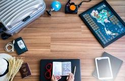 Concepto del viaje y de las vacaciones, artículos en piso de madera Fotografía de archivo
