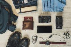 Concepto del viaje - zapatos, vaqueros, cámara, reloj en el escritorio de madera azul imagen de archivo libre de regalías