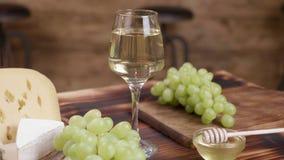 Concepto del vino y del aperitivo en un fondo de madera metrajes