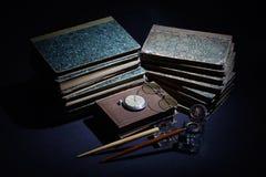 Concepto del vintage con los libros viejos, los papeles, la pluma de la tinta y el tintero Fotos de archivo
