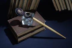 Concepto del vintage con los libros viejos, los papeles, la pluma de la tinta y el tintero Foto de archivo