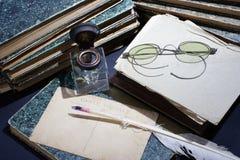Concepto del vintage con los libros viejos, los papeles, la pluma de la tinta y el tintero Imagenes de archivo