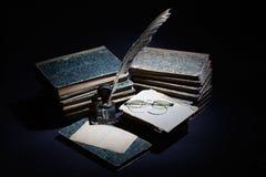 Concepto del vintage con los libros viejos, los papeles, la pluma de la tinta y el tintero Fotografía de archivo libre de regalías