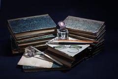 Concepto del vintage con los libros viejos, los papeles, la pluma de la tinta y el tintero Imágenes de archivo libres de regalías