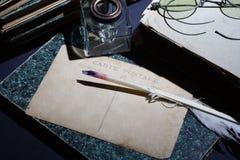 Concepto del vintage con los libros viejos, los papeles, la pluma de la tinta y el tintero Foto de archivo libre de regalías