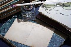 Concepto del vintage con los libros viejos, los papeles, la pluma de la tinta y el tintero Imagen de archivo