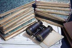 Concepto del vintage con los libros viejos, papeles, prismáticos Imagen de archivo libre de regalías