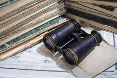 Concepto del vintage con los libros viejos, los papeles, y los prismáticos Foto de archivo