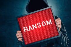 Concepto del virus de ordenador de Ransomware, pirata informático con el monitor fotos de archivo libres de regalías
