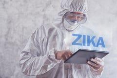 Concepto del virus de Zika, trabajador médico en ropa protectora Fotografía de archivo libre de regalías