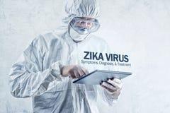 Concepto del virus de Zika, trabajador médico en ropa protectora Imágenes de archivo libres de regalías