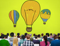 Concepto del vuelo de la imaginación de las ideas del bulbo del globo del aire caliente Imágenes de archivo libres de regalías