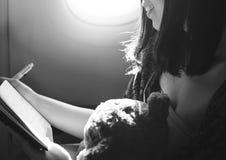 Concepto del vuelo del avión del cuaderno de la escritura de la mujer Fotos de archivo libres de regalías