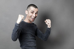Concepto del éxito para el hombre emocionado 30s con las manos para arriba para la diversión Imágenes de archivo libres de regalías