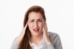 Concepto del zumbido, mujer 20s que sufre de ruido o que tiene dolor del mandíbula imagenes de archivo