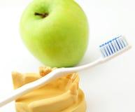 Concepto dental de la atención sanitaria, manzana verde y cepillo de dientes Imagen de archivo libre de regalías
