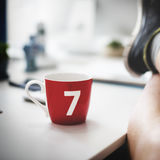 Concepto despreocupado de Lucky Seven Coffee Cup Relaxation Fotos de archivo libres de regalías