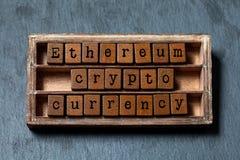 Concepto digital del dinero de la moneda crypto de Ethereum La caja del vintage, los cubos de madera redacta frase con las letras foto de archivo libre de regalías
