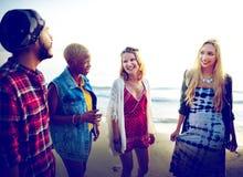 Concepto diverso de la vinculación de la diversión de los amigos del verano de la playa Fotografía de archivo