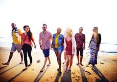 Concepto diverso de la vinculación de la diversión de los amigos del verano de la playa Imagen de archivo libre de regalías