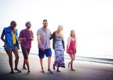 Concepto diverso de la vinculación de la diversión de los amigos del verano de la playa Foto de archivo
