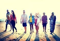 Concepto diverso de la vinculación de la diversión de los amigos del verano de la playa imagenes de archivo