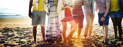 Concepto diverso de la vinculación de la diversión de los amigos del verano de la playa fotografía de archivo libre de regalías