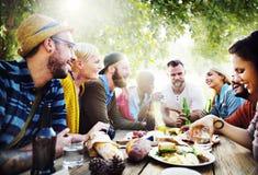 Concepto diverso de la vinculación de la diversión de los amigos del verano de la yarda Fotografía de archivo libre de regalías