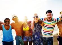 Concepto diverso del verano de la playa de la vinculación de la diversión de los amigos de la gente Foto de archivo libre de regalías